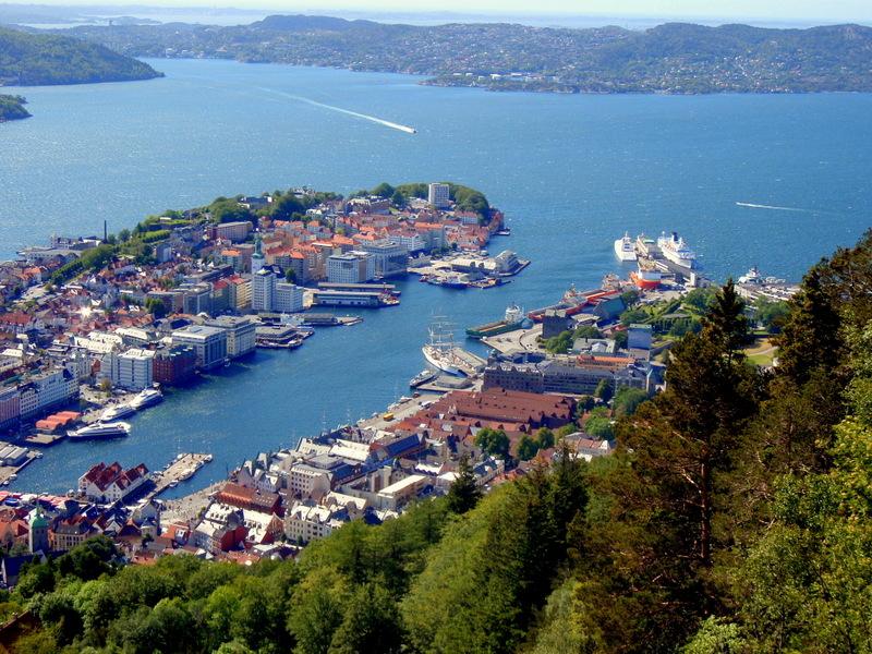 Pohled na přístav v Bergenu z vyhlídky Fløyen (111 body)